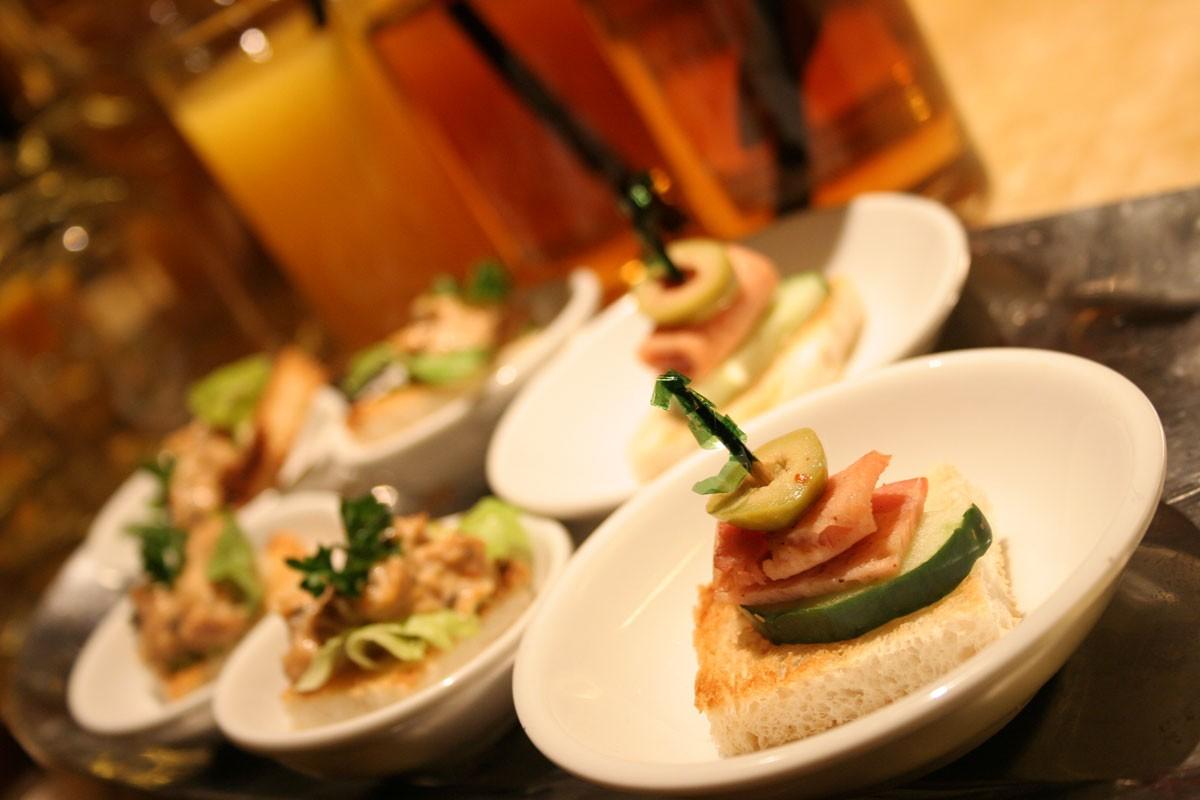 Naczynia jednorazowe – świetne rozwiązanie na imprezę